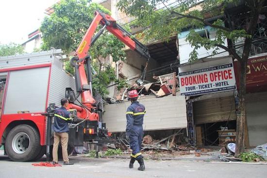 Hà Nội: Hiện trường ngổn ngang vụ sập nhà 2 tầng trên phố Hàng Bông - Ảnh 1