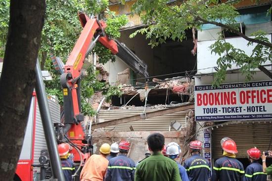 Hà Nội: Hiện trường ngổn ngang vụ sập nhà 2 tầng trên phố Hàng Bông - Ảnh 2