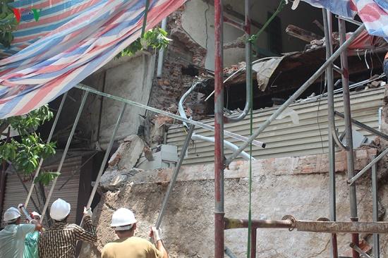 Hà Nội: Hiện trường ngổn ngang vụ sập nhà 2 tầng trên phố Hàng Bông - Ảnh 10