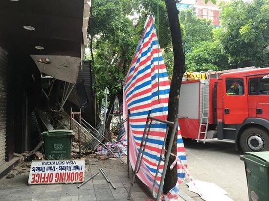 Hà Nội: Hiện trường ngổn ngang vụ sập nhà 2 tầng trên phố Hàng Bông - Ảnh 3