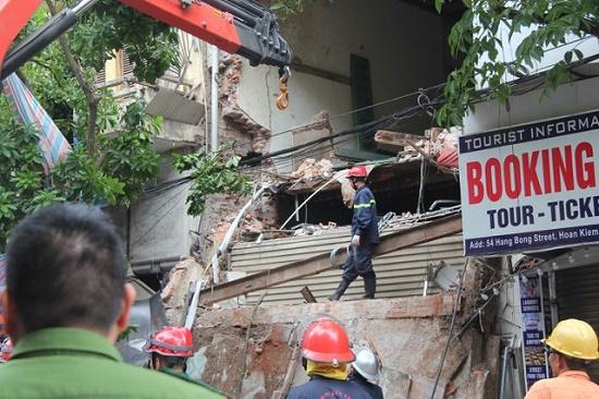 Hà Nội: Hiện trường ngổn ngang vụ sập nhà 2 tầng trên phố Hàng Bông - Ảnh 4