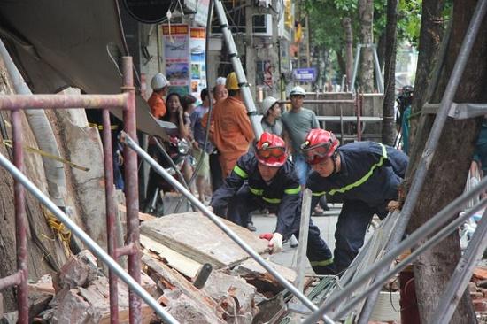 Hà Nội: Hiện trường ngổn ngang vụ sập nhà 2 tầng trên phố Hàng Bông - Ảnh 5