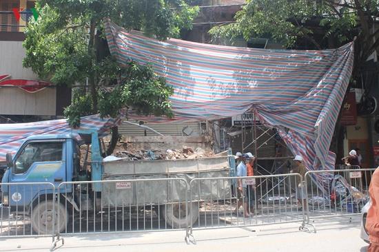 Hà Nội: Hiện trường ngổn ngang vụ sập nhà 2 tầng trên phố Hàng Bông - Ảnh 6