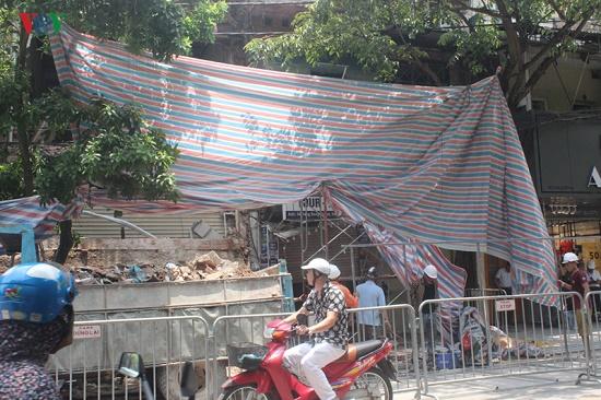 Hà Nội: Hiện trường ngổn ngang vụ sập nhà 2 tầng trên phố Hàng Bông - Ảnh 7