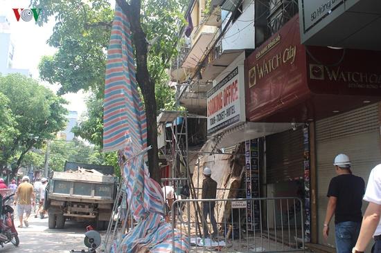 Hà Nội: Hiện trường ngổn ngang vụ sập nhà 2 tầng trên phố Hàng Bông - Ảnh 8