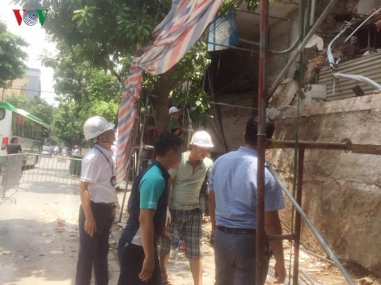 Hà Nội: Hiện trường ngổn ngang vụ sập nhà 2 tầng trên phố Hàng Bông - Ảnh 9