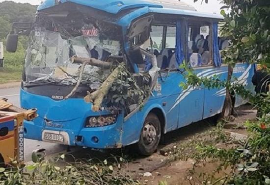 Xe khách va chạm kinh hoàng với xe máy, 26 hành khách khiếp vía - Ảnh 1