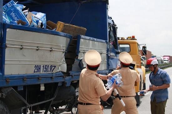 Vụ tai nạn 5 người tử vong tại Hải Dương: Quốc lộ 5 ách tắc nghiêm trọng - Ảnh 6