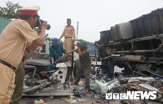 Hải Dương: Thêm vụ tai nạn nghiêm trọng trên quốc lộ 5,  container đâm xe chở cọc bê tông - Ảnh 2