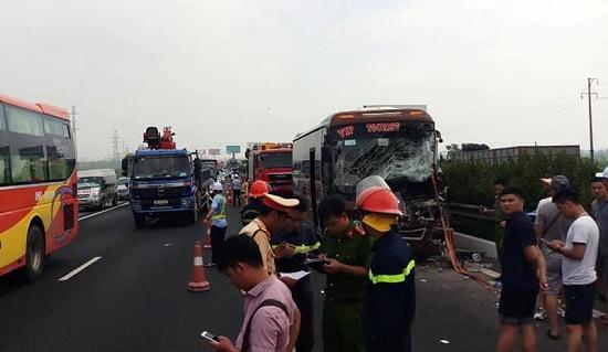 Hà Nội: Xe khách tông xe quét rác, 10 người bị thương - Ảnh 2