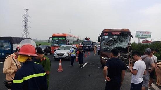 Hà Nội: Xe khách tông xe quét rác, 10 người bị thương - Ảnh 1