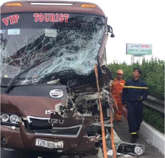 Hà Nội: Xe khách tông xe quét rác, 10 người bị thương - Ảnh 4