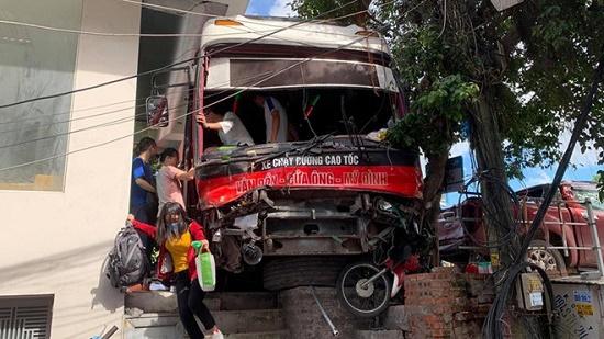 Vụ xe khách tông hàng loạt xe máy ở Quảng Ninh: 3 nạn nhân tạm qua cơn nguy kịch - Ảnh 1