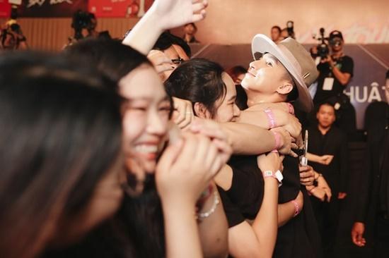 """Tiết lộ loại """"nước uống thần kì"""" Sơn Tùng M-TP luôn mang theo trong Sky Tour 2019 - Ảnh 8"""