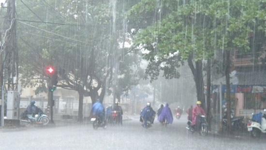 Bão số 2 tiến sát đất liền, Hà Nội xuất hiện mưa dông, gió giật mạnh - Ảnh 1