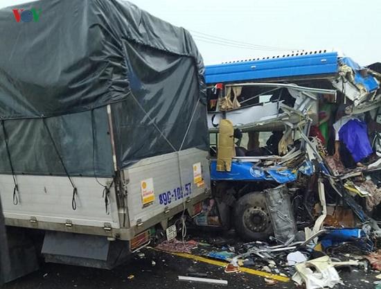 Xe khách gây tai nạn liên hoàn trên quốc lộ 1A, 10 hành khách nhập viện cấp cứu - Ảnh 1