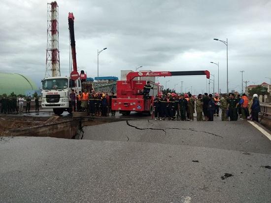 Bão số 2 đổ bộ: Sập một phần cầu ở Thanh Hóa, 5 người thương vong - Ảnh 2