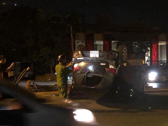 Hà Nội: Ô tô mất lái húc sập hàng rào sắt,  xe lật ngửa trong đêm - Ảnh 1