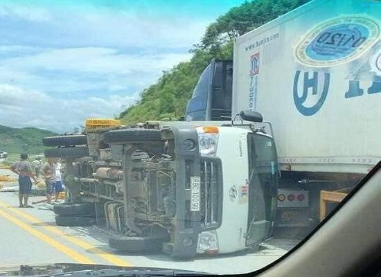 Ba ô tô tông nhau liên hoàn trên cao tốc Hà Nội - Lào Cai, ít nhất 3 người bị thương - Ảnh 1
