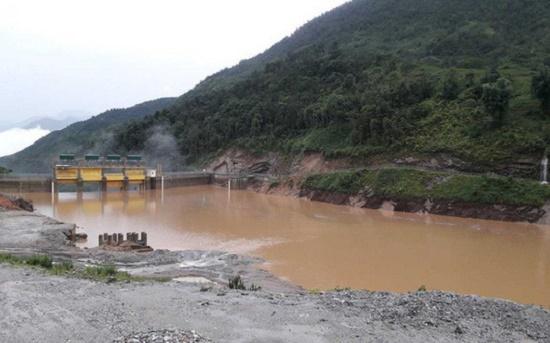 Lào Cai: Thủy điện bất ngờ xả lũ lúc rạng sáng, hàng chục nhà dân ngập úng - Ảnh 1