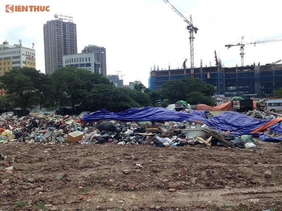 Chùm ảnh: Hà Nội ngập trong rác thải vì dân chặn xe vào bãi rác Nam Sơn - Ảnh 1