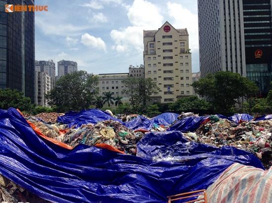 Chùm ảnh: Hà Nội ngập trong rác thải vì dân chặn xe vào bãi rác Nam Sơn - Ảnh 2