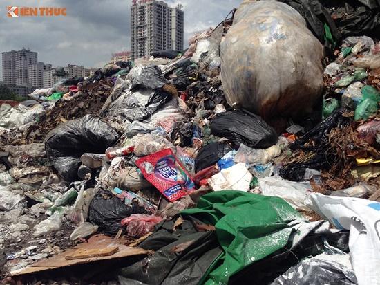Chùm ảnh: Hà Nội ngập trong rác thải vì dân chặn xe vào bãi rác Nam Sơn - Ảnh 3