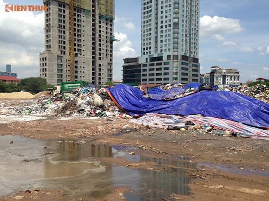 Chùm ảnh: Hà Nội ngập trong rác thải vì dân chặn xe vào bãi rác Nam Sơn - Ảnh 4