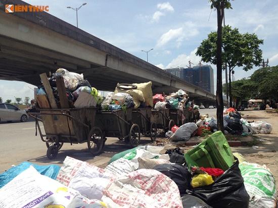 Chùm ảnh: Hà Nội ngập trong rác thải vì dân chặn xe vào bãi rác Nam Sơn - Ảnh 8