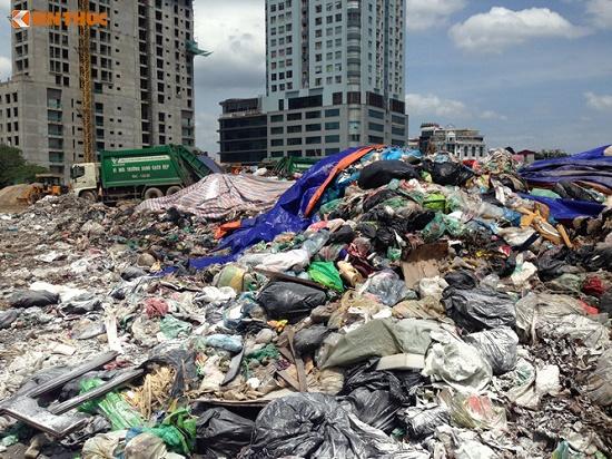 Chùm ảnh: Hà Nội ngập trong rác thải vì dân chặn xe vào bãi rác Nam Sơn - Ảnh 10