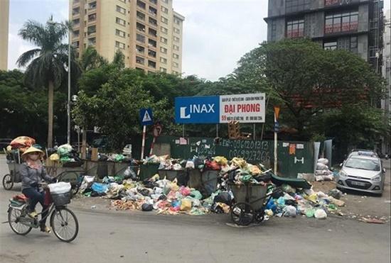 Chùm ảnh: Hà Nội ngập trong rác thải vì dân chặn xe vào bãi rác Nam Sơn - Ảnh 9