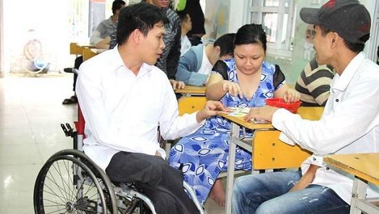 Cảm động trước tấm gương thầy giáo đi xe lăn tới lớp mỗi ngày giúp đỡ trẻ em bất hạnh - Ảnh 1