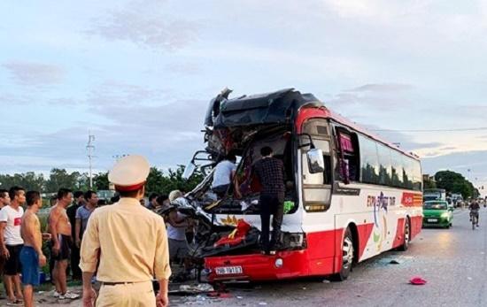 Xe du lịch va chạm kinh hoàng với container ở Nghệ An, 1 người chết, 14 người nhập viện - Ảnh 1