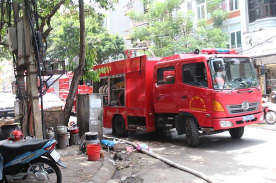Hà Nội: Cháy nhà 3 tầng giữa trưa nắng, nhiều người dân hoảng loạn - Ảnh 2