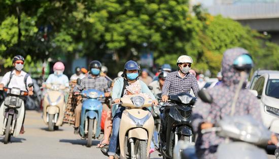 Người dân Hà Nội quay cuồng với nắng nóng 43 độ C trong ngày đầu tuần - Ảnh 6