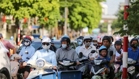 Người dân Hà Nội quay cuồng với nắng nóng 43 độ C trong ngày đầu tuần - Ảnh 9