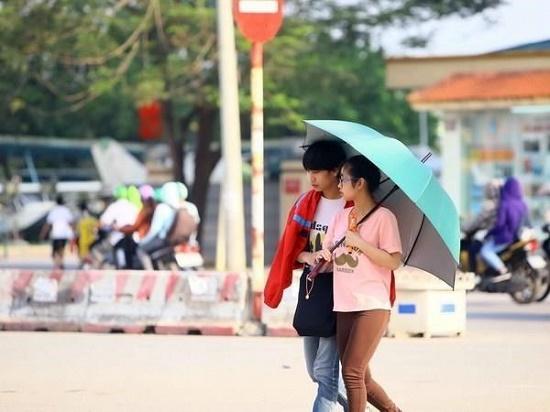 Người dân Hà Nội quay cuồng với nắng nóng 43 độ C trong ngày đầu tuần - Ảnh 7