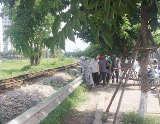 Hà Nội: Người đàn ông băng qua đường sắt bị tàu hỏa cán tử vong - Ảnh 1