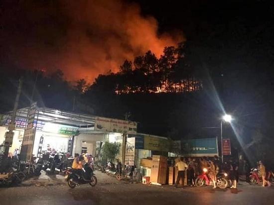 Video: Cháy rừng bùng phát lại trong đêm, người dân hoảng hốt sơ tán - Ảnh 3