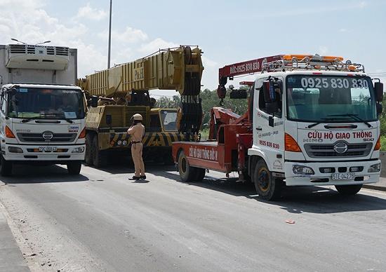 TP.HCM: Tắc đường hàng chục km do xe cẩu gặp sự cố trên cầu Phú Mỹ - Ảnh 1