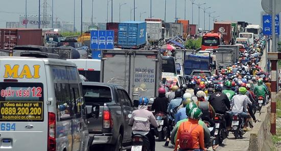 TP.HCM: Tắc đường hàng chục km do xe cẩu gặp sự cố trên cầu Phú Mỹ - Ảnh 2