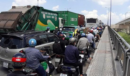 TP.HCM: Tắc đường hàng chục km do xe cẩu gặp sự cố trên cầu Phú Mỹ - Ảnh 3