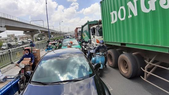 TP.HCM: Tắc đường hàng chục km do xe cẩu gặp sự cố trên cầu Phú Mỹ - Ảnh 4