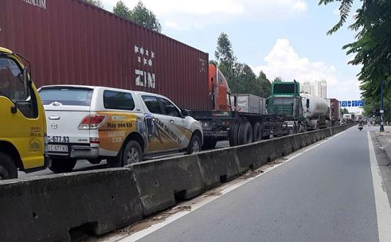 TP.HCM: Tắc đường hàng chục km do xe cẩu gặp sự cố trên cầu Phú Mỹ - Ảnh 5
