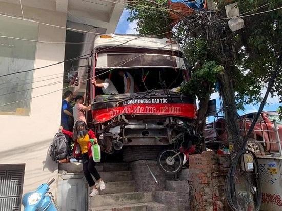 Tạm giữ tài xế xe khách tông hàng loạt xe máy tại Quảng Ninh - Ảnh 1