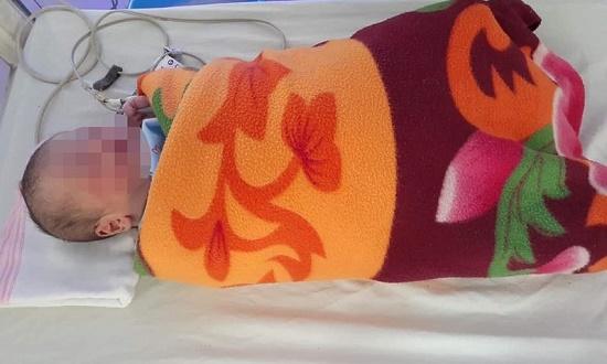 Xót xa bé trai 1 ngày tuổi bị bỏ lại bên đường, chân tay co lại vì lạnh - Ảnh 1