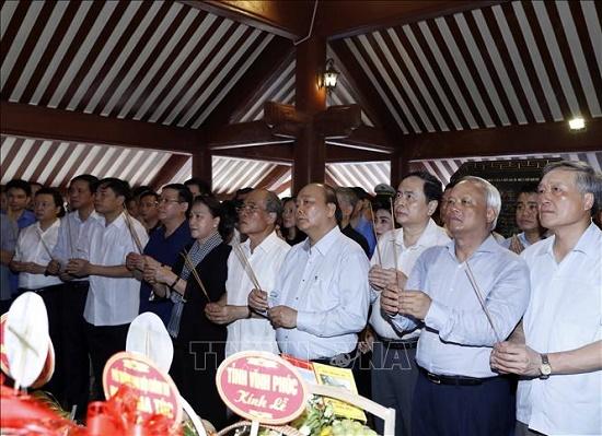 Thủ tướng và Chủ tịch Quốc hội dâng hương tưởng niệm Chủ tịch Hồ Chí Minh - Ảnh 1