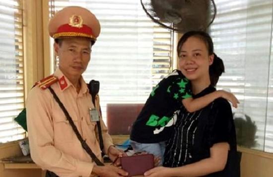 Hà Nội: CSGT nhặt được ví đánh rơi, tìm trả người đánh mất - Ảnh 1