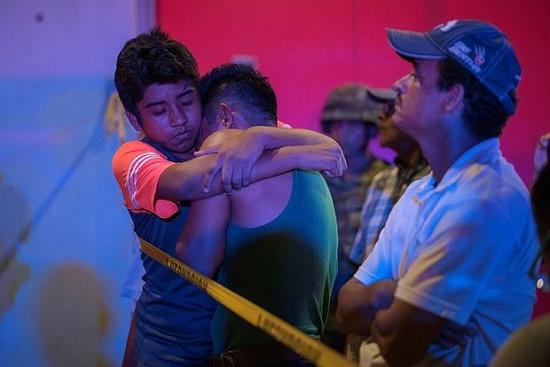 Quán bar bốc cháy dữ dội vì hứng bom xăng, 23 người thiệt mạng - Ảnh 2