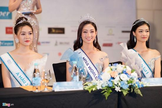 Hoa hậu Lương Thùy Linh xuất hiện rạng rỡ cùng dàn á hậu sau đêm đăng quang - Ảnh 1